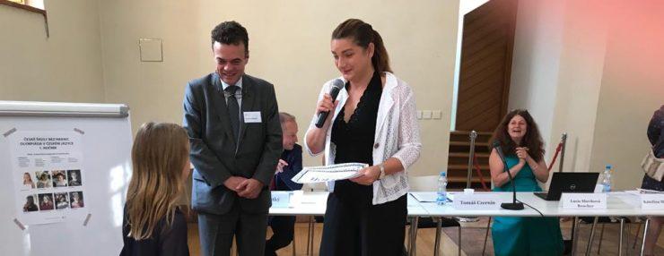 Vyhlášení olympiády z českého jazyka pro žáky ČŠBH. Vítězka Barbora Pirklová z ČŠBH Brusel.